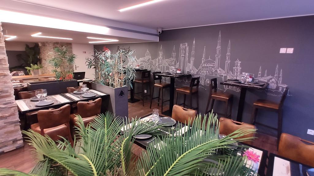 Salle spacieuse du restaurant Libanais Helem